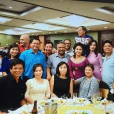 Hình trái: Ban Tổ Chức chụp hình kỷ niệm với các anh chị cựu thuyền nhân Palawan.