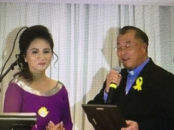 Hình phải. LM. Michael Hoàng Nam tặng plaque cho nhà bảo trợ Christine Quỳnh.