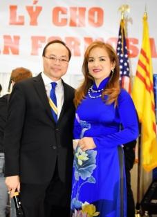 Hình phải: Bs Hoàng Kim Thành và hiền thê Ngọc Bích đã mời bạn đến buổi gây quỹ để mừng sinh nhật.