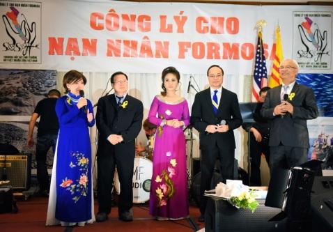 Hình phải: Đại diện Ban Tổ chức nói lời cảm tạ và tuyên bố bế mạc. Từ trái: Nancy Bùi, John Hòa, Christine Quỳnh, Bs. Hoàng Kim Thành, MC. Trịnh Tiến Tinh