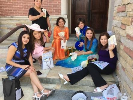 Nhóm JFFV và thiện nguyện viên đang ngồi nghỉ chân giữa thời gian của hai lễ. Hình phải, từ trái: Lily Minh Tâm Đỗ, Mimi Hồ, chị Út, chị Hồng Võ, Nancy Bùi, Christine Quỳnh, chị Nga. Hình JFFV.