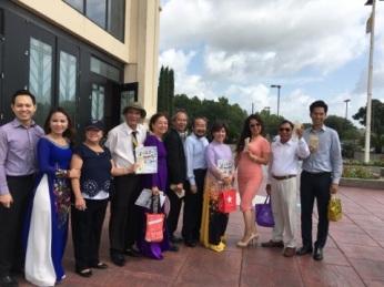 Nhóm JFFV và thiện nguyện viên bán vé số trước nhà thờ Đức mẹ La Vang