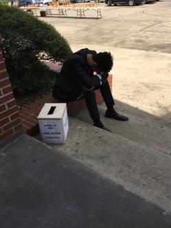Ca sĩ Hoàng Quân và nỗi buốn mất bạn trước sân nhà thờ Các Thánh Tử Đạo Việt Nam Houston. Hình JFFV.