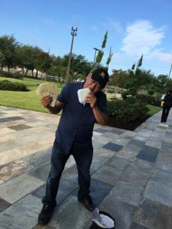 Anh Trung Palawan đang mời khách mua vé số trước nhà thờ Đức Mẹ Lộ Đức Houston.