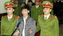 Hình chụp hôm 27/11/2017: nhà báo Nguyễn Văn Hóa (giữa) tại phiên tòa ở Hà Tĩnh