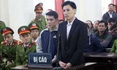 Anh Hoàng Đức Bình, giửa bên phải, và anh Nguyễn Nam Phong, giữa bên trái, tại tòa án tỉnh Nghệ An hôm 6/2/2018