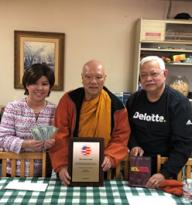 Hòa Thượng Thích Tịnh Đức (giữa) đã niềm nở tiếp bà Triều Giang (trái) và ông Phạm Quang hậu (phải) đại diện Ban Tổ Chúc , tặng $1,000 đô la và nhận lời tham dự và góp tiếng hát trong buổi gây quỹ.
