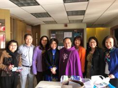 Hình trái: LM. Guise Phạm Minh, cha Chánh xứ Giáo xứ Thánh Phêrô chụp chung với nhóm thiện nguyện.
