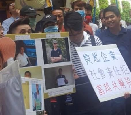 Một vài hình ảnh của người biểu tình với biểu ngữ và hình của những nạn nhân bị bắt tù vì lên tiếng cho lẽ phải