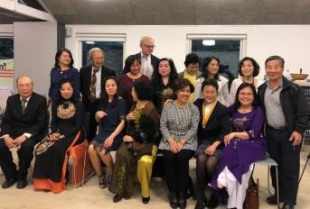 Thành viên Hội Người Việt Tự Do Aarhus và thân hữu chụp hình chung với một số thành viên JFFV.