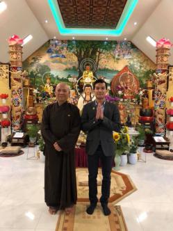 Thượng toạ Thích Giác Thanh chụp hình trước chánh điện với một Phật tử. (Hình từ trang Web của chùa Quảng Hương).