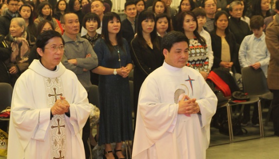 LM Phê Rô Nguyễn Kim Thăng và LM. Phê Rô Nguyễn Ngọc Tuyến trong một buổi lễ đồng tế cho giáo dân Việt Nam tại Đan Mạch.