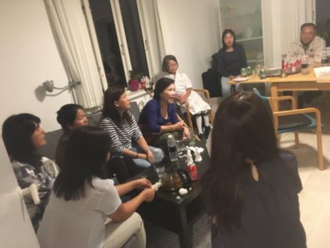 Buổi họp mặt của Hội Người Việt Tự Do tại Aarhus và thân hữu tại nhà chị chủ tịch Kim Hương Nguyễn và phu quân là anh Nguyễn Hữu Long để bàn về chương trình của buổi gây quỹ.