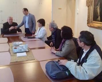 Anh Nguyễn Ngọc Huấn giới thiệu một số anh chị thuộc hội JFFV với Đức Giám Mục Bernt thuộc địa phận Oslo.