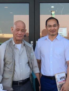 Nhà văn Phan Nhật Nam và anh Huấn.