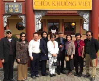 Một số thành viên JFFV đến viếng Khuông Việt Đạo Tràng.