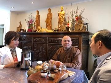 Thầy Thích Viên Ngộ trụ trì Khuông Việt Đạo Tràng tiếp đại diên Hùng sử Việt và Hội JFFV.