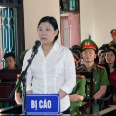 Vietnamese activist Tran Thi Xuan (C) stands during her trial in Ha Tinh province on April 12, 2018, where she was sentenced to nine years on charges of subversion, according to the state-run Vietnamnet news site. Three Vietnamese activists were jailed at separate trials on April 12 in the one-party state where a conservative leadership is accused of mounting an aggressive campaign against critics in recent months. / AFP PHOTO / Vietnam News Agency / Vietnam News Agency